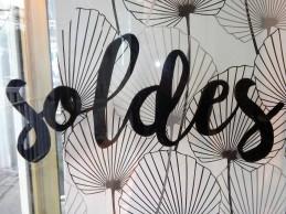 """""""soldes"""" peint sur la porte"""