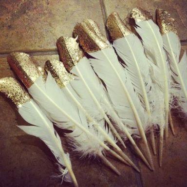 plumes blanches dorées
